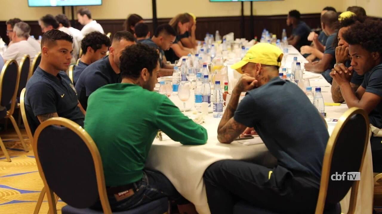 Daniel Alves visita a Seleção Brasileira antes da partida contra a Sérvia