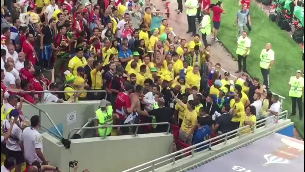 Torcedores brigam na arquibancada após gol do Brasil em Moscou