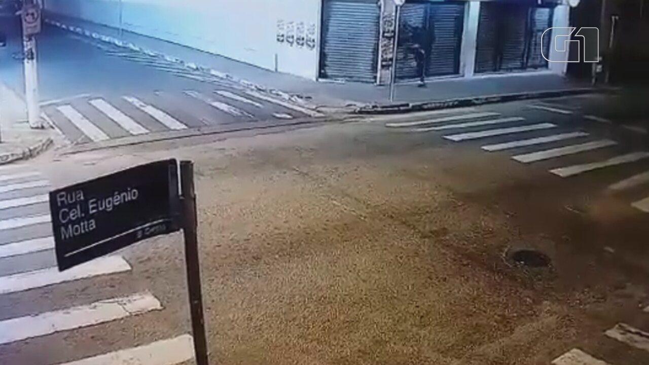 Ladrão dá 'voadora' para arrombar porta e invadir loja de departamentos em Boituva