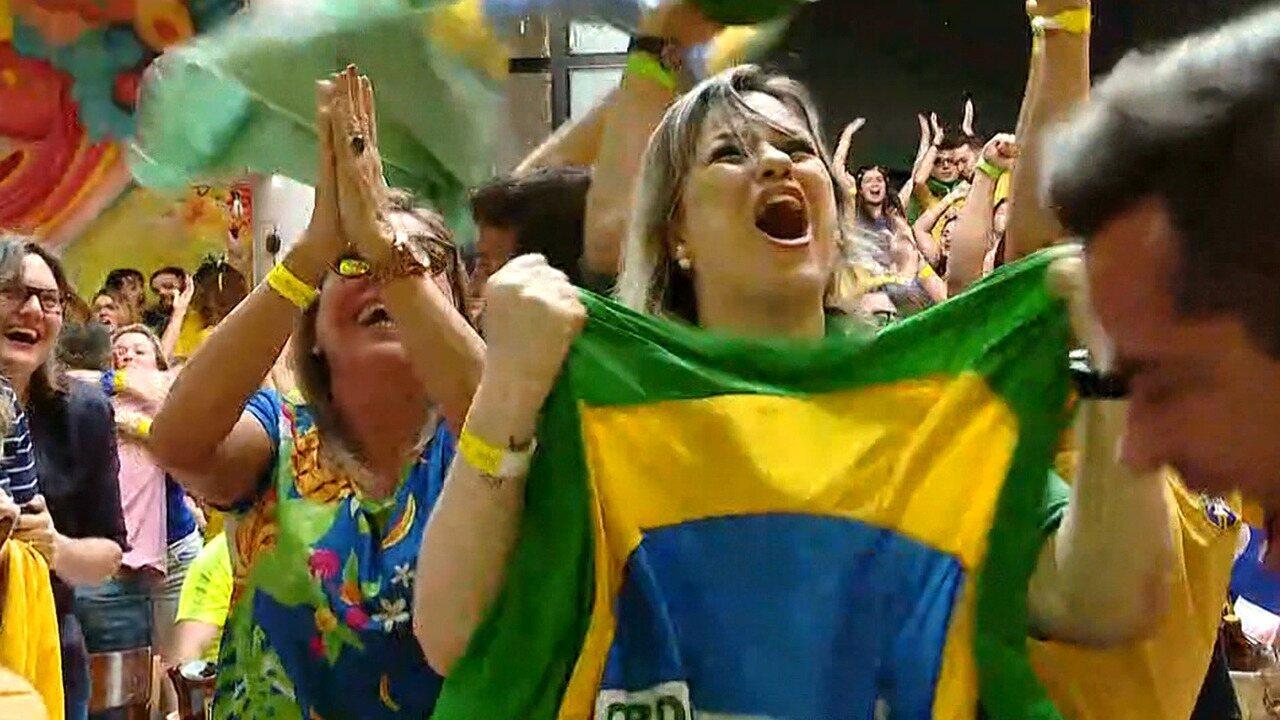 Veja o momento em que a torcida pelo país comemora gols do Brasil contra Sérvia