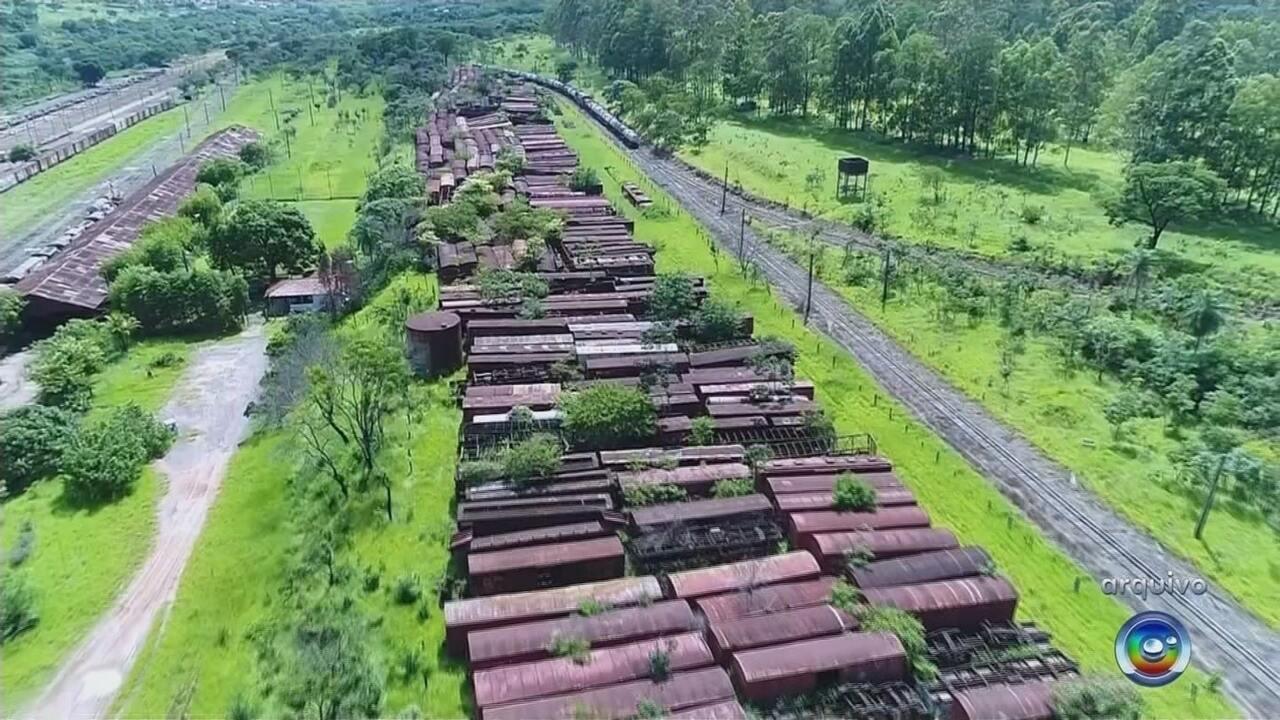 Vagões de passageiros são retirados da Estação Ferroviária de Bauru e levados para SP