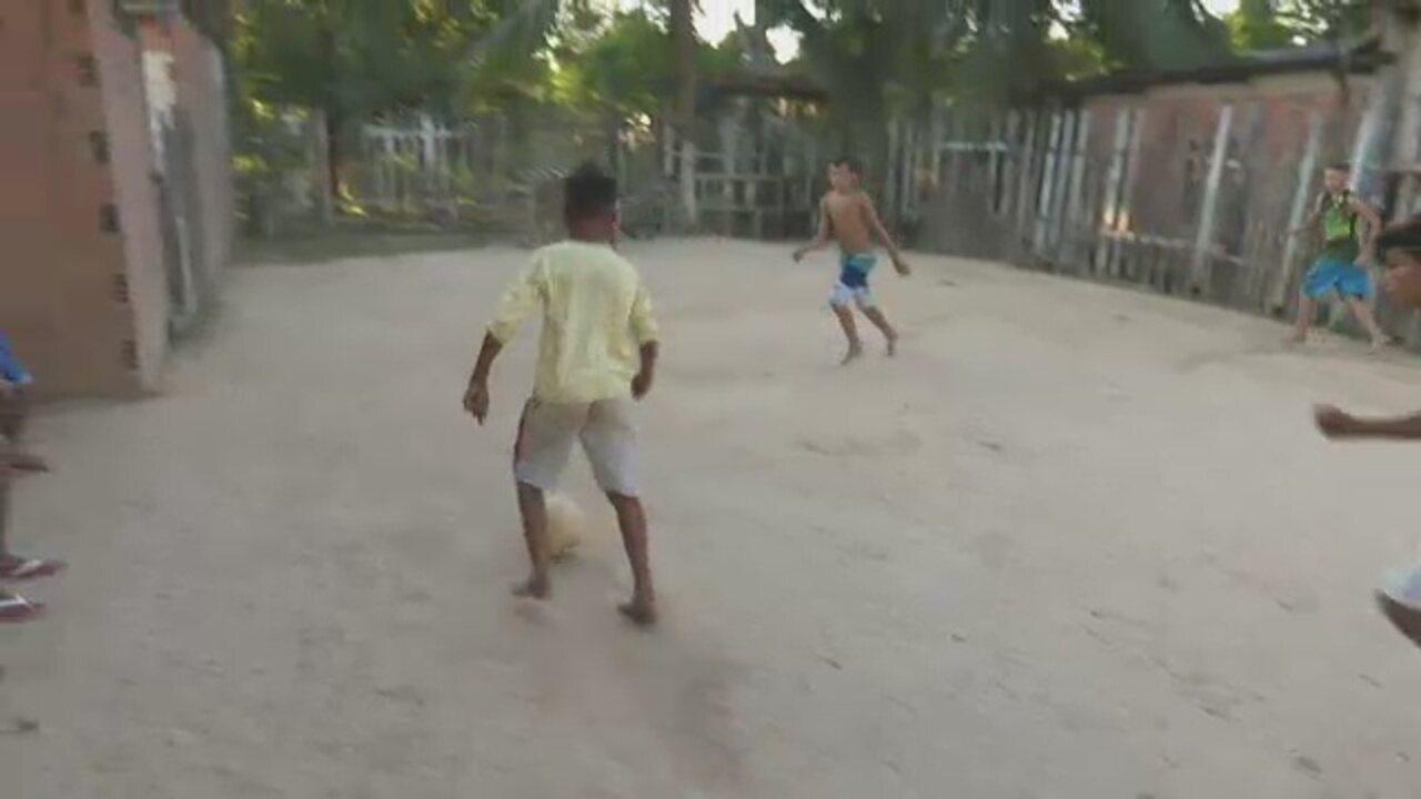 No Acre, bairro na capital 'escolinha' de futebol improvisada em terreno baldio