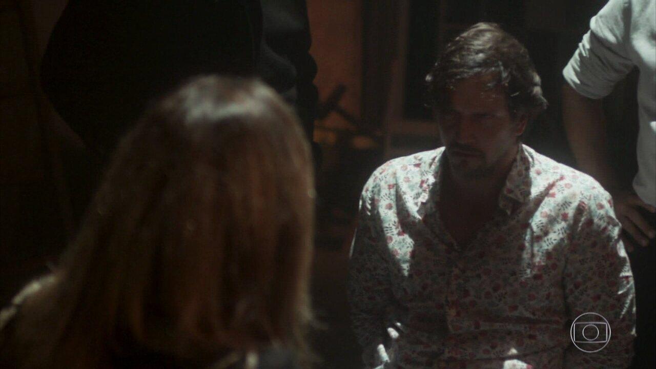 Capítulo de 06/07/2018 - Rochelle ofende Karen na frente de Roberval e diz admirar o empresário. Laureta e Ícaro descobrem que Rosa reatou o namoro com Valentim. Remy se prepara para viajar com Karola, e Naná desconfia. Beto, Valentim e Karola comemoram a reunião de sua família. Remy ameaça Karola, que pede socorro a Laureta. Dodô flagra Remy escondendo drogas em seu bar