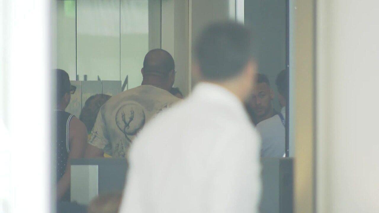 Família de Neymar encontra com jogador em hotel