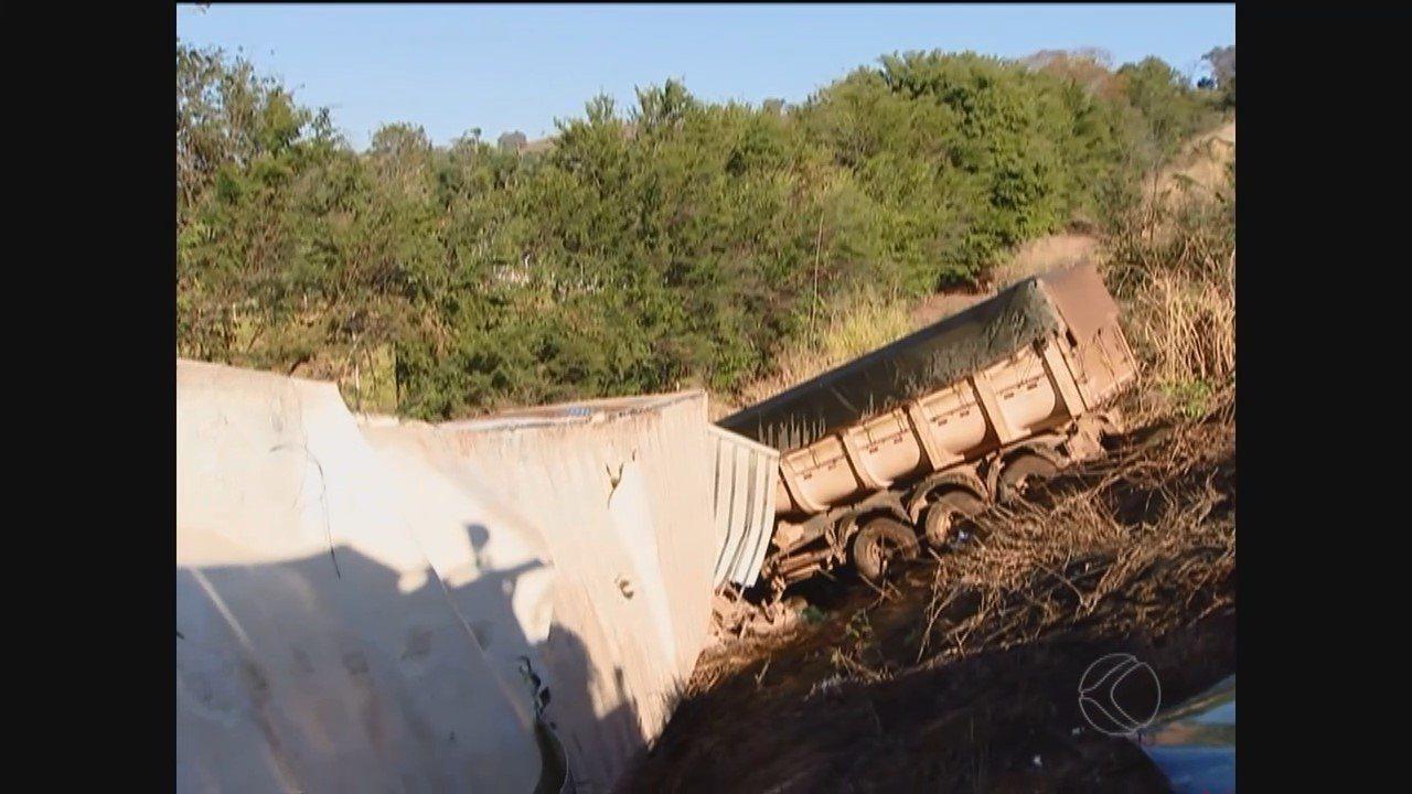 Acidente grave entre carros e caminhões deixa mortos e feridos em Uberlândia