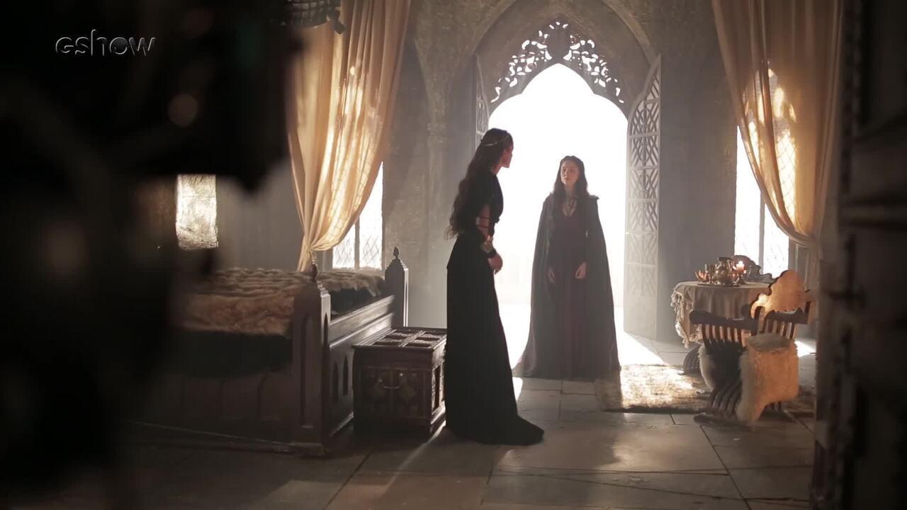Brice aparece no quarto de Catarina e revela para a rainha que é sua mãe