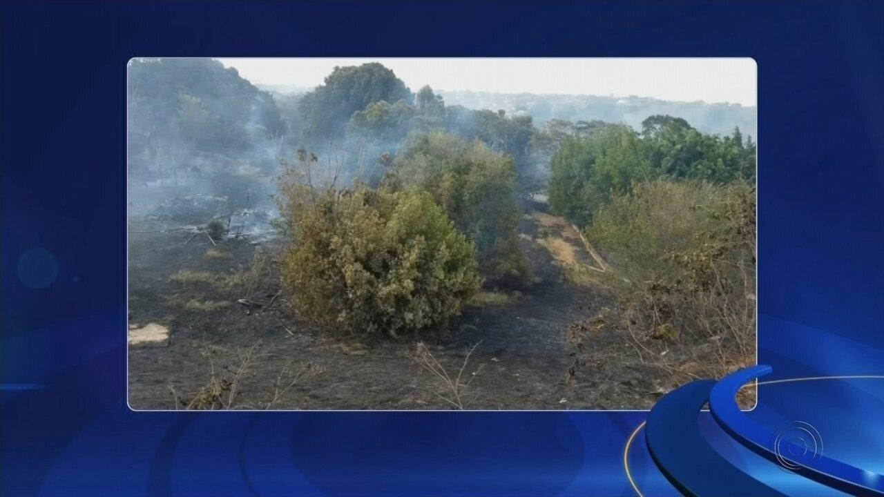 Incêndio em terreno atinge casa e assusta moradores em bairro de Bauru