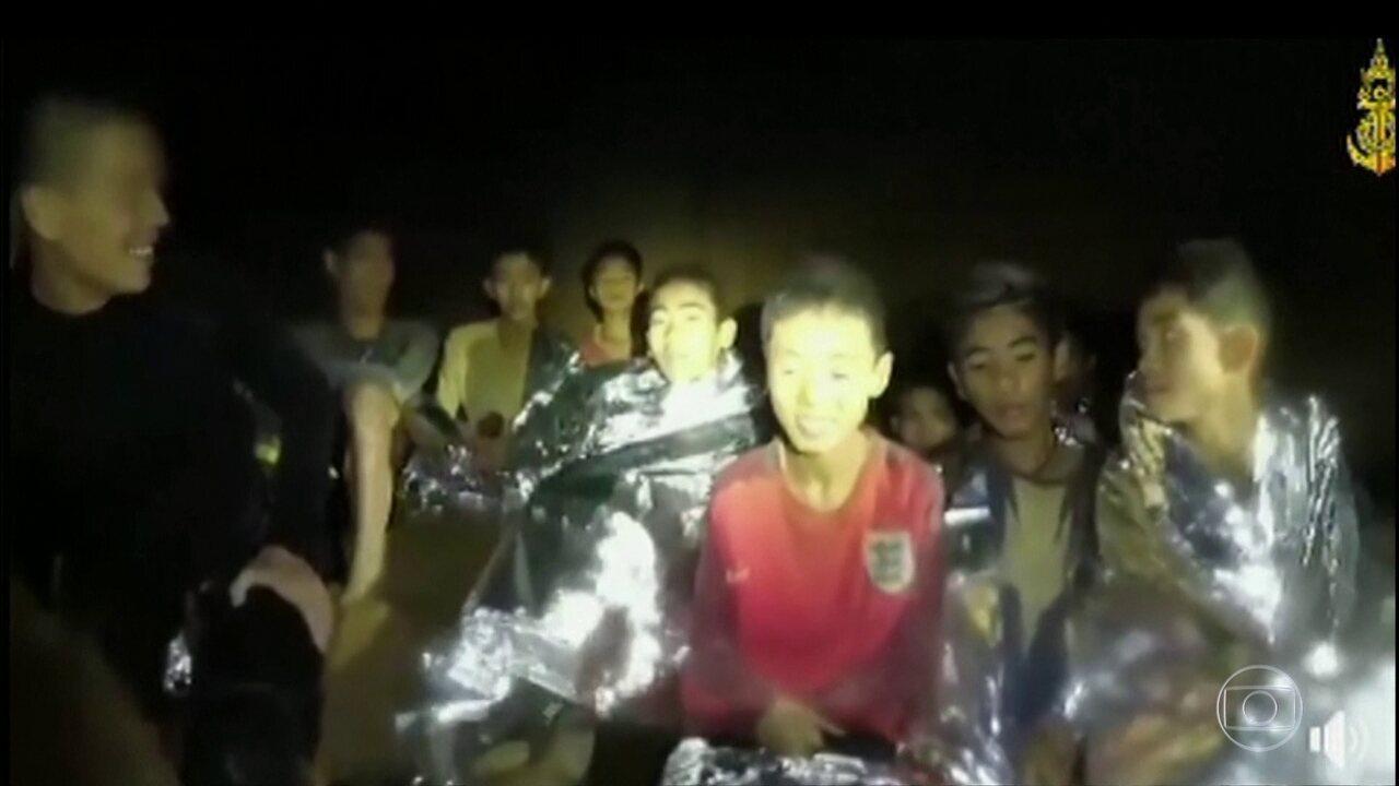 Mais quatro meninos são resgatadas de caverna inundada na Tailândia