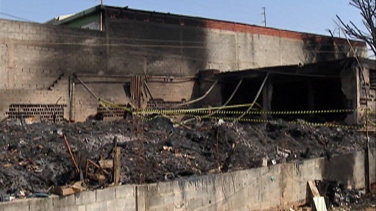 Defesa Civil vai vistoriar galpão que pegou fogo em Suzano