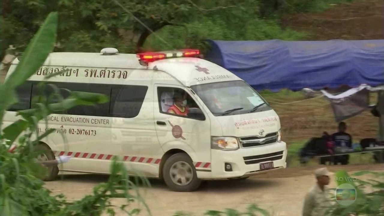 Doze meninos e técnico estão fora de caverna na Tailândia