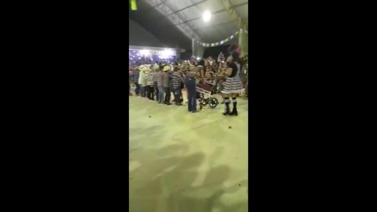 Em Rio Branco, criança com paralisia cerebral dança quadrilha em cadeira de rodas