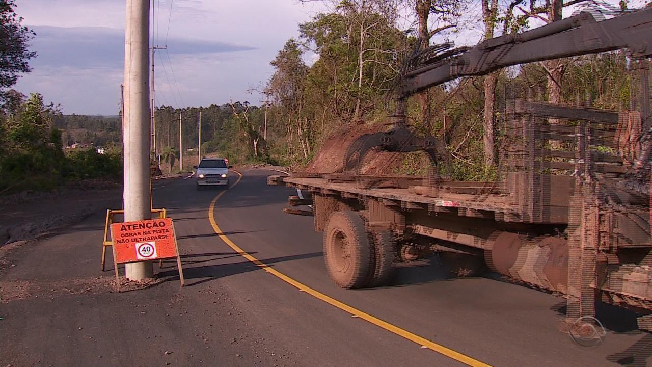 Estrada é construída depois de mais de dez anos e postes ficam no meio da pista