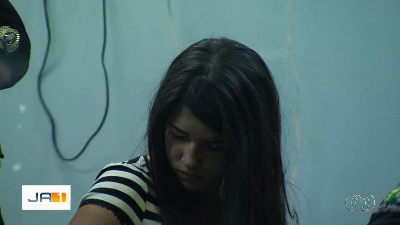 Jovem de 18 anos com várias passagens pela polícia é presa por roubo de carro, em Goiânia
