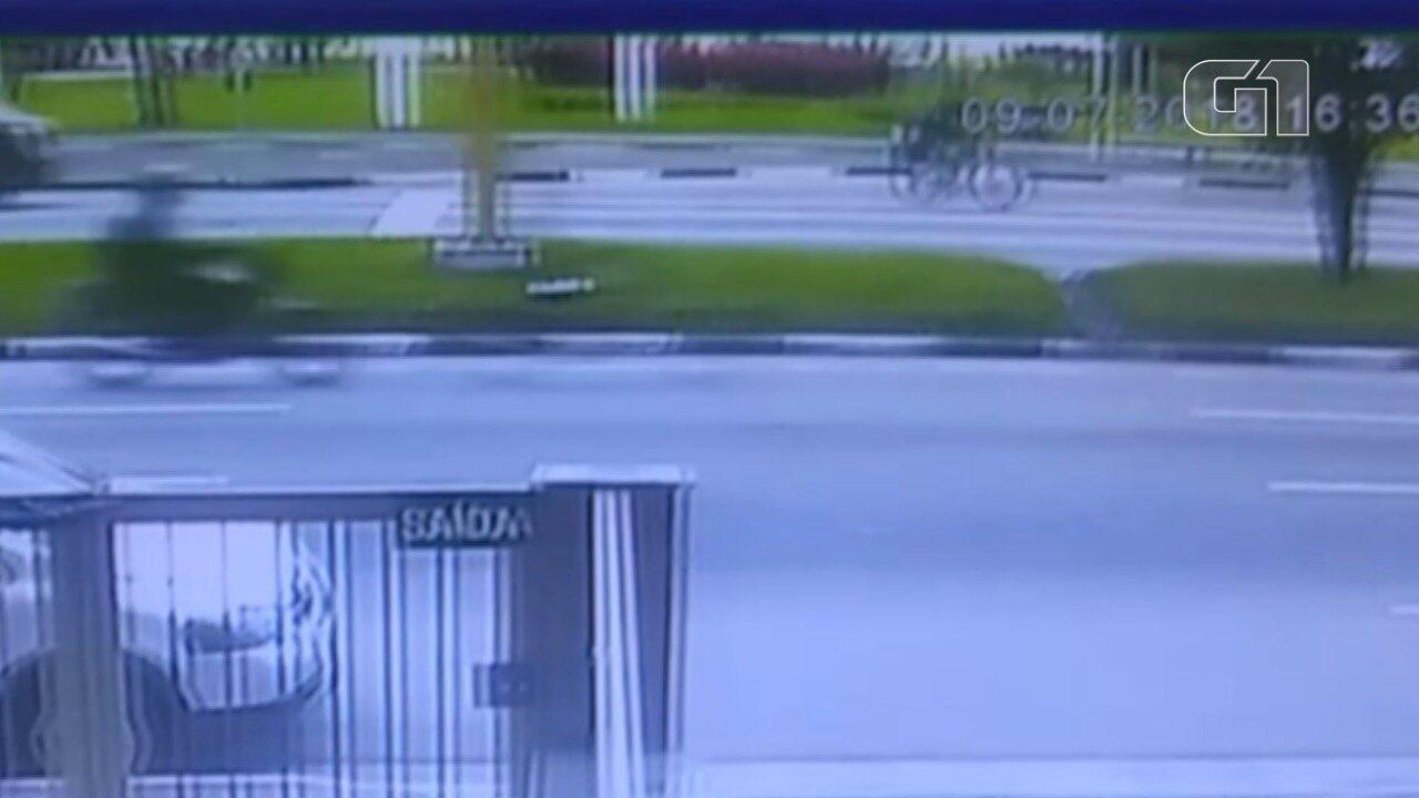 Câmera registra fuga de criminosos após disparo na orla de São Vicente, SP