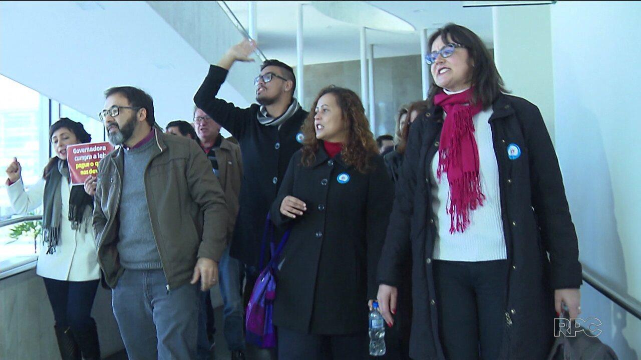 Servidores protestam na última sessão do semestre da Assembleia Legislativa