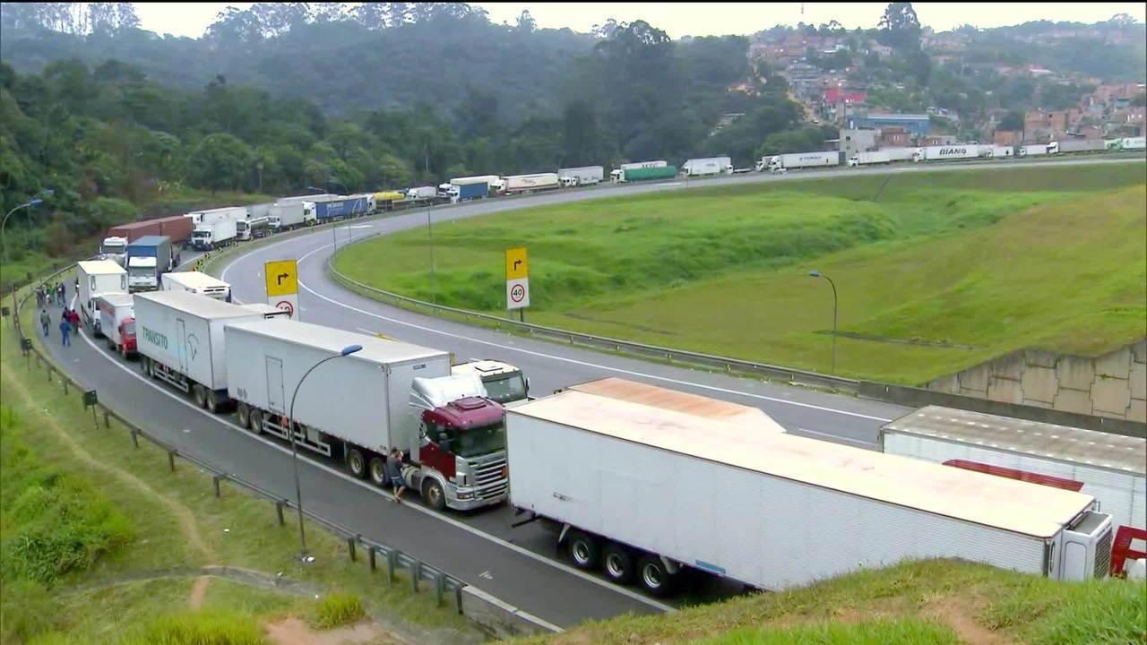 Congresso aprova tabela do frete e anistia multas a caminhoneiros durante greve