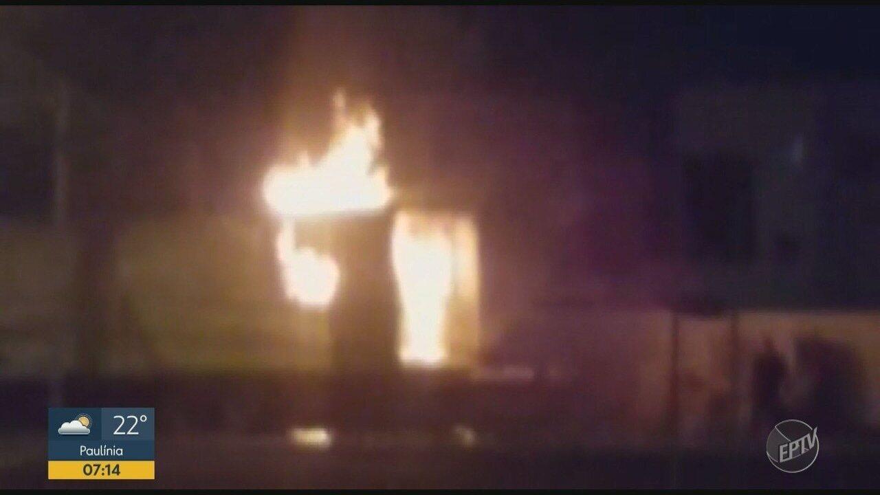 Caminhão carregado com papel higiênico pega fogo em Campinas