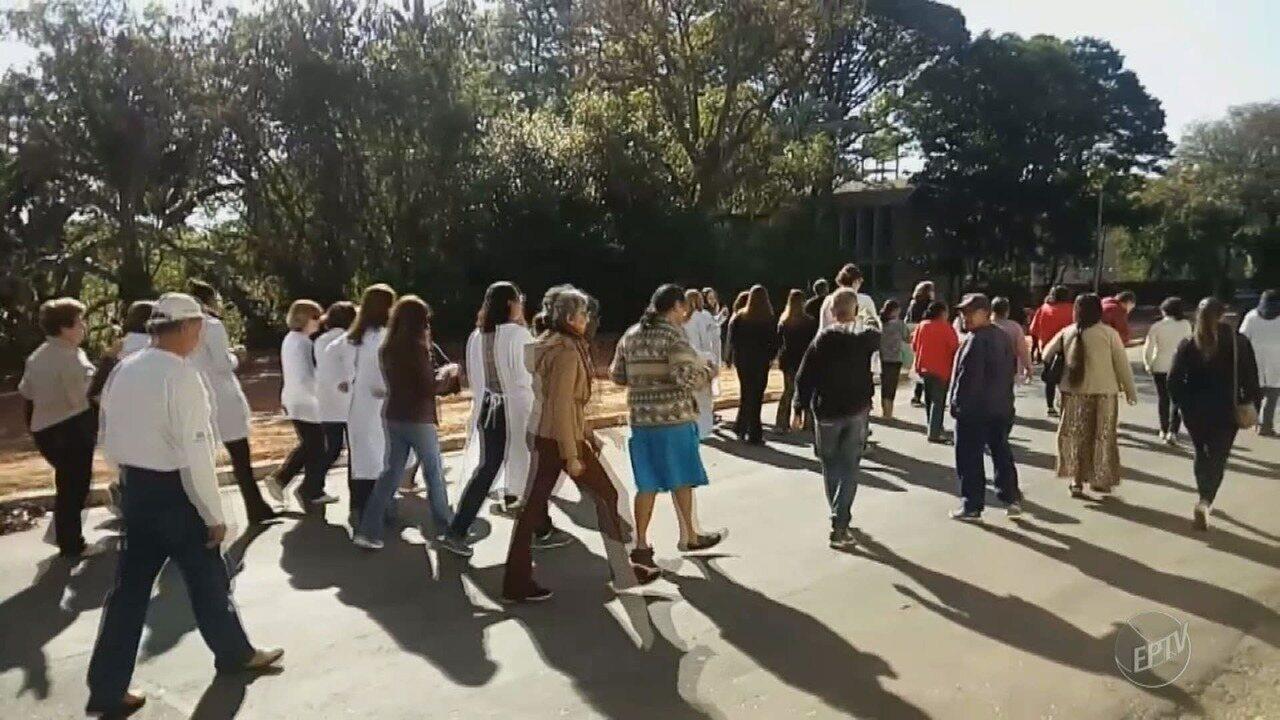 Protesto de funcionários do Centro de Saúde de Sousas reduz atendimentos, em Campinas
