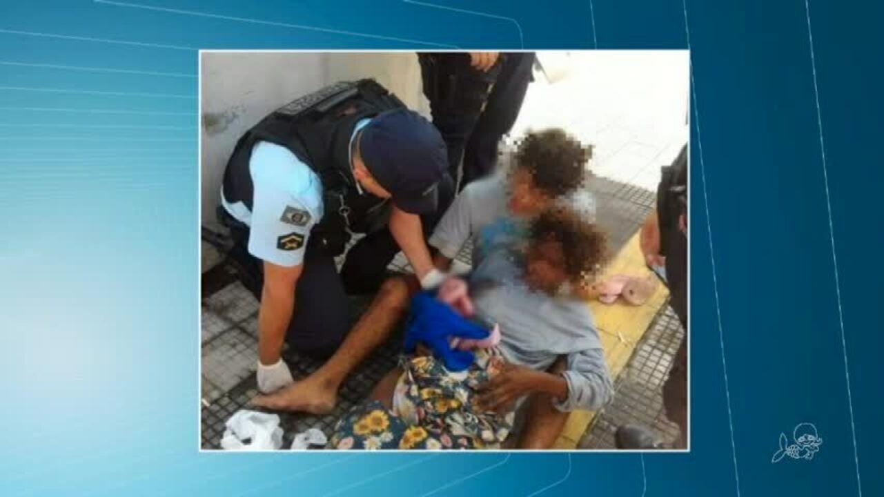 Mulher dá à luz em praça pública em Fortaleza com ajuda de policiais