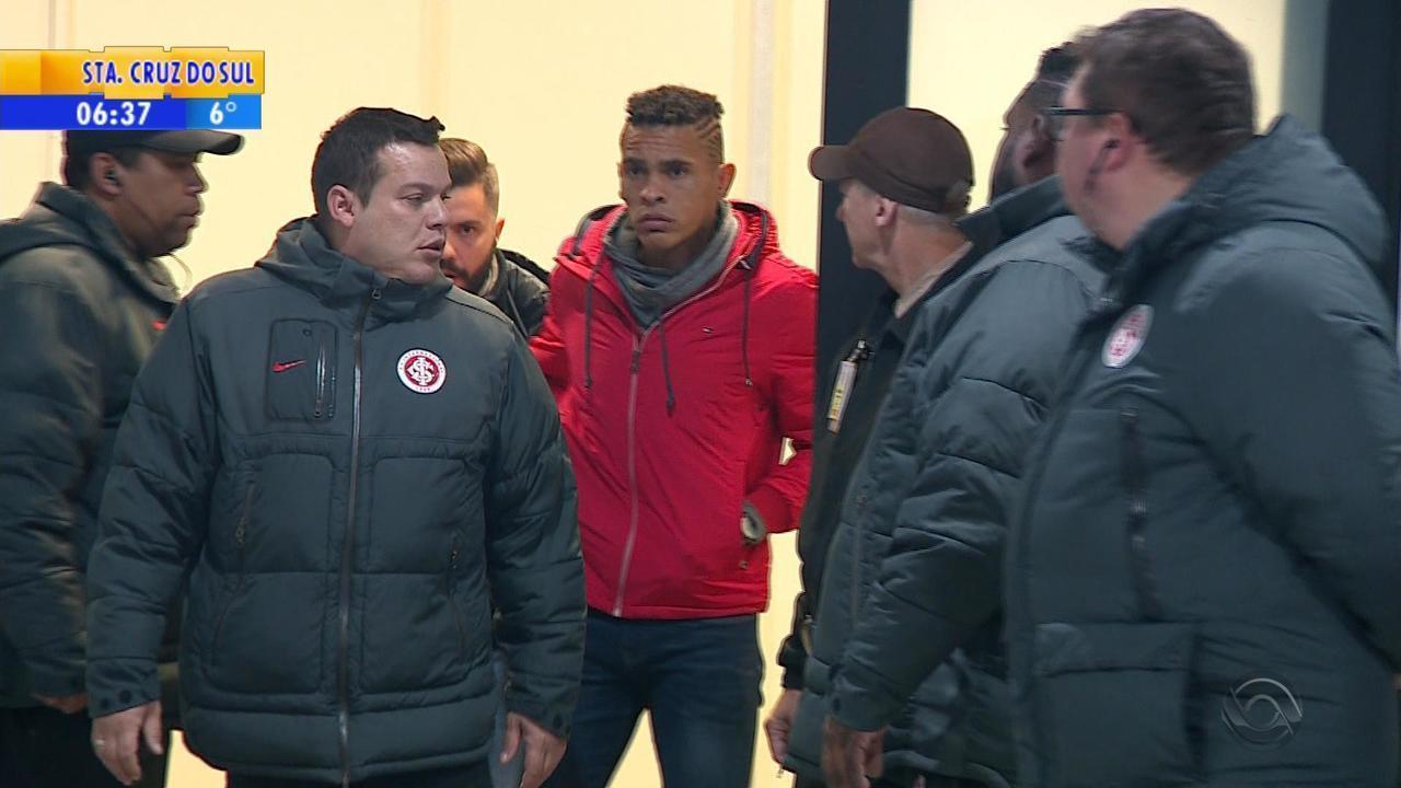 Contratado pelo Inter, Jonatan Álvez desembarca em Porto Alegre