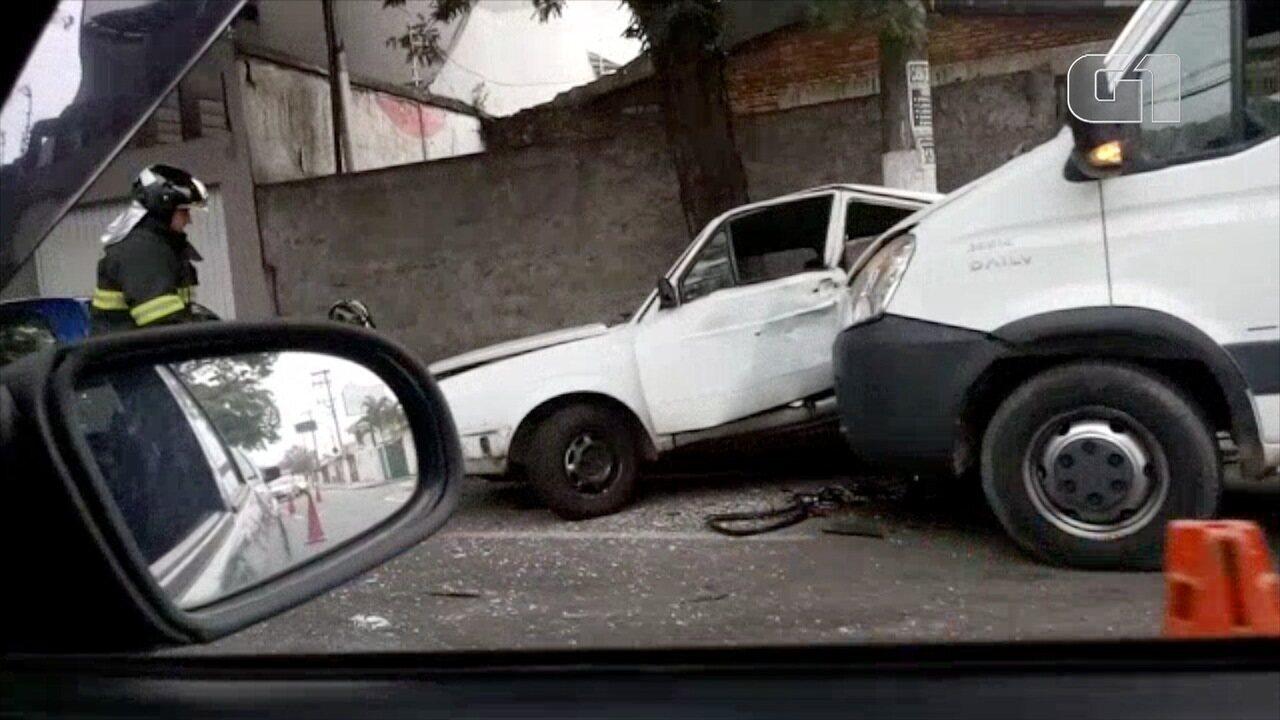 Motorista passa mal e bate em quatro carros estacionados em Jacareí