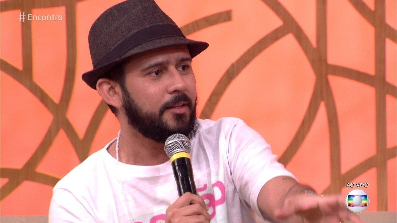 Bráulio Bessa lança segundo livro de poesias e conhece admiradora