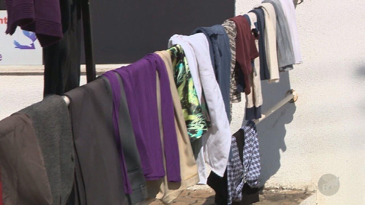 Igreja de Campinas monsta varal com roupas arrecadadas para doação