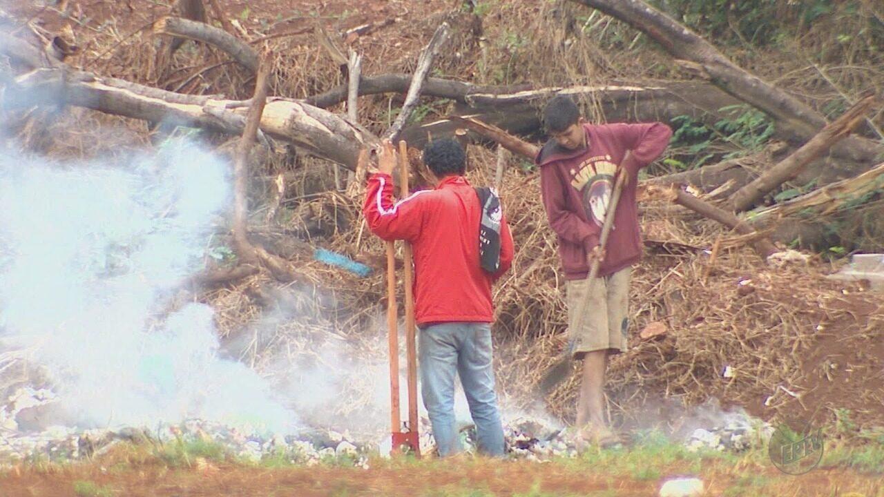 Após deixar Ribeirão Preto, circo coloca fogo em lixo deixado em terreno