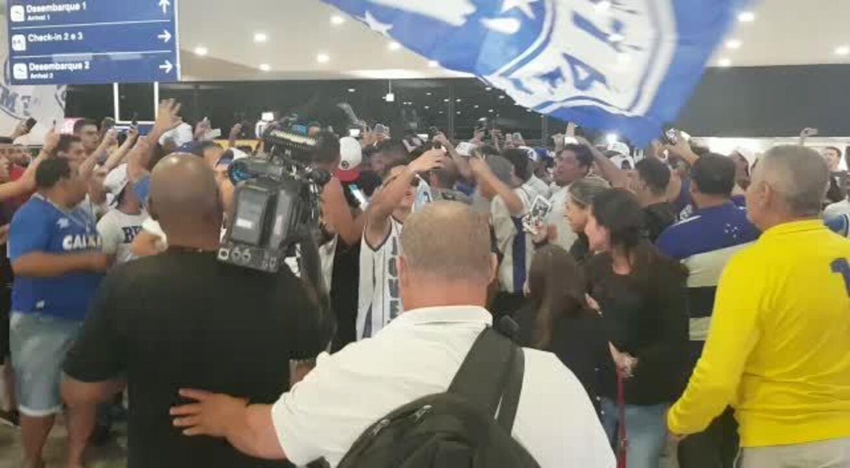 Atacante Barcos é saudado pelos torcedores do Cruzeiro durante desembarque em Confins