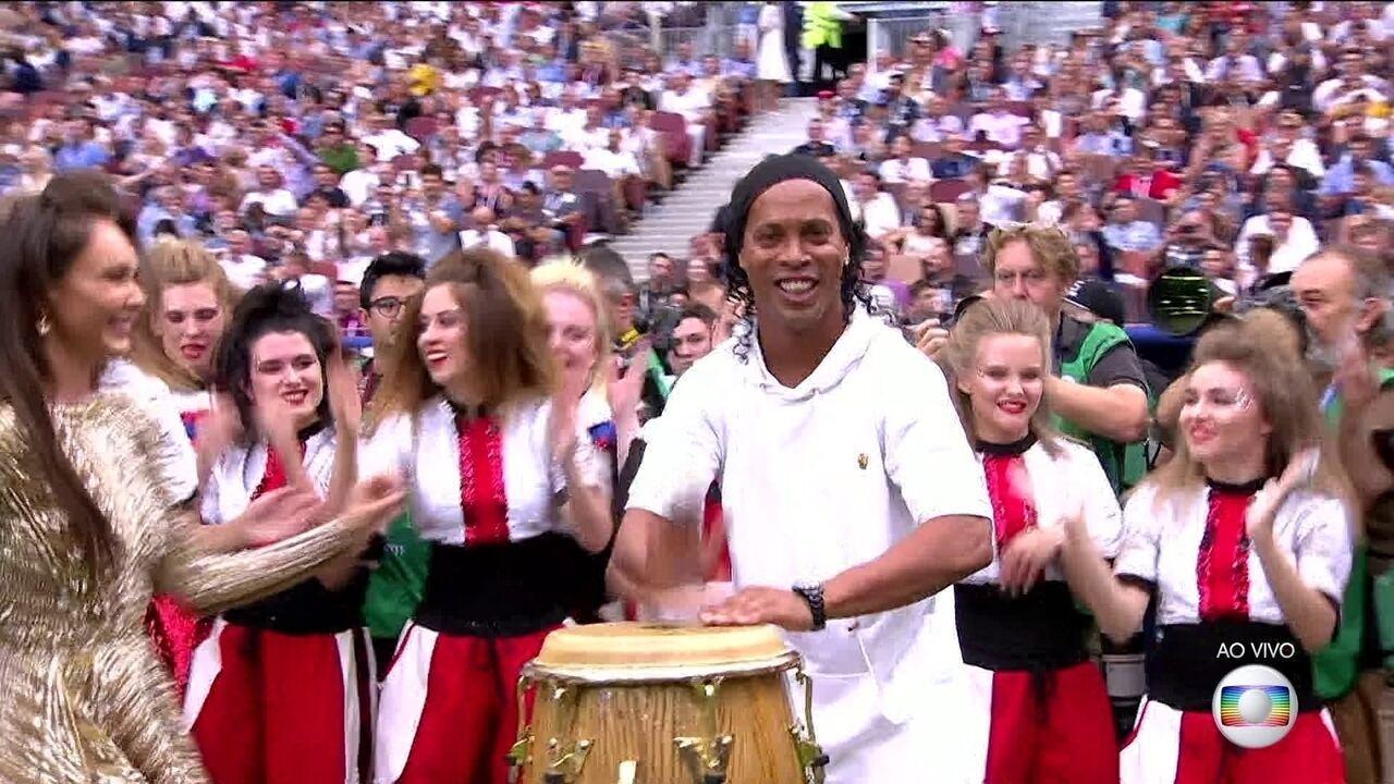 Ronaldinho Gaúcho dá show na percussão na festa de encerramento da Copa 2018 em Moscou