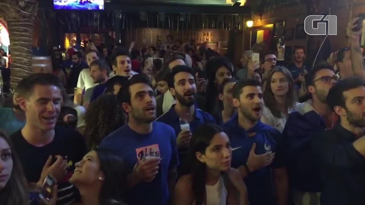 Torcedores franceses cantam hino em bar de SP