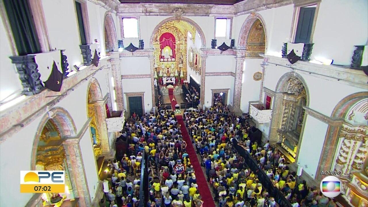 Católicos lotam basílica no Recife para homenagear Nossa Senhora do Carmo