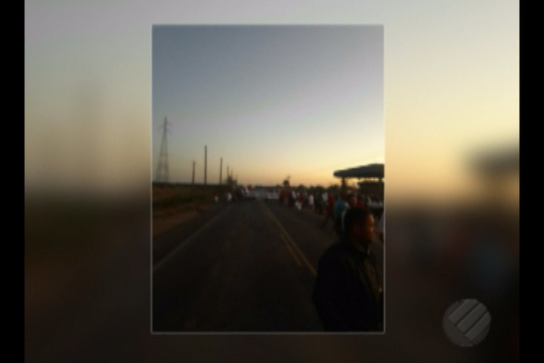 Manifestantes fazem protesto na BR-155, na saída de Redenção