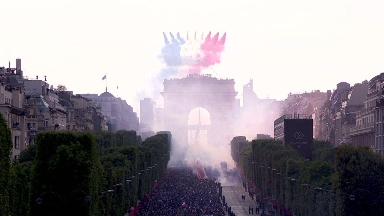 Seleção da França desfila na Champs Elysees