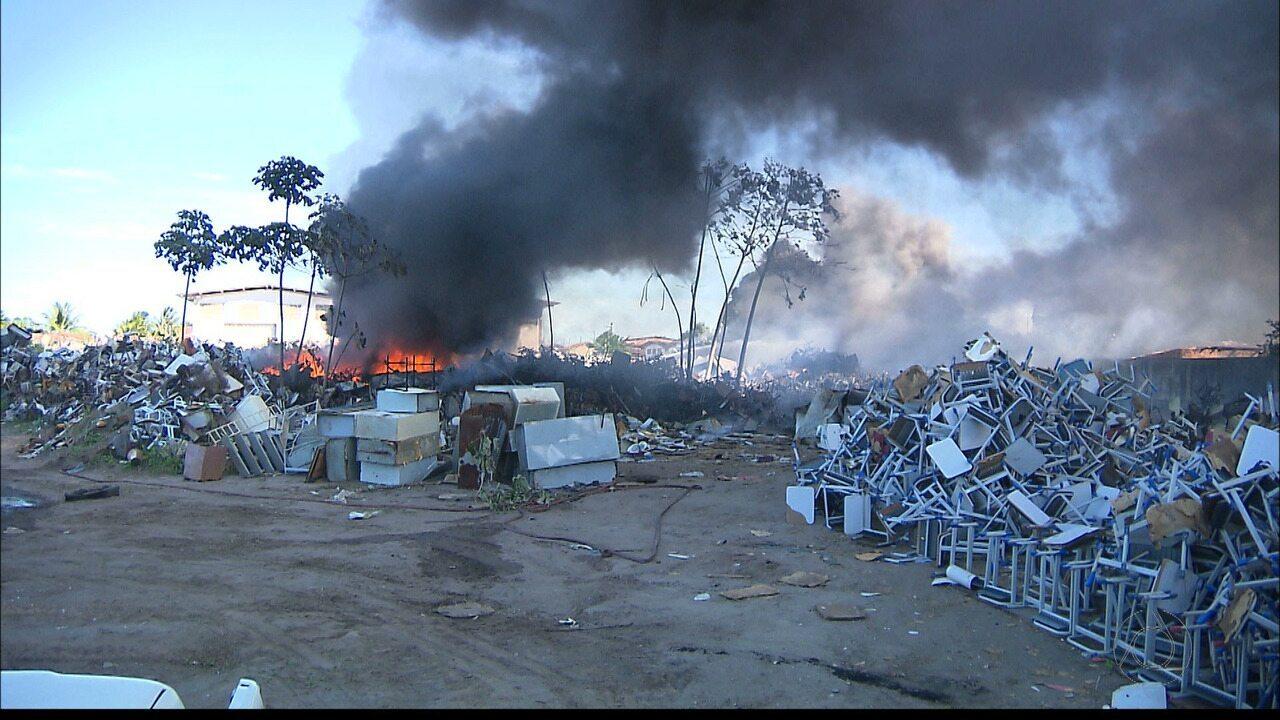 Incêndio num depósito de materiais do Governo do Estado