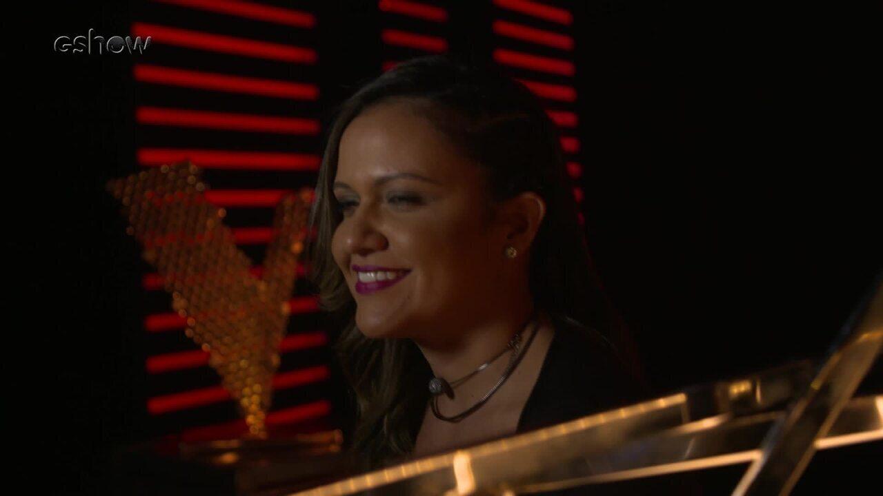 Confira a emoção de Júlia Dantas instantes antes de subir ao palco do 'The Voice Brasil'