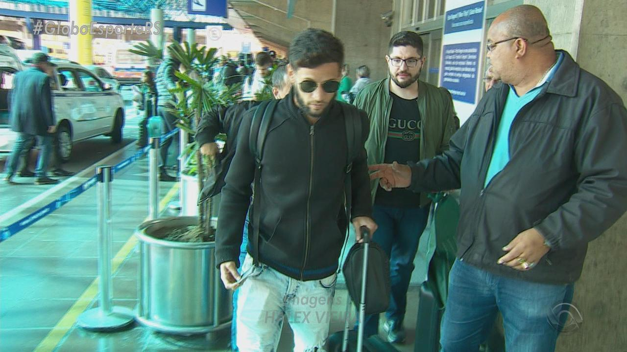 Novo reforço do Grêmio, lateral-esquerdo Juninho Capixaba chega a Porto Alegre