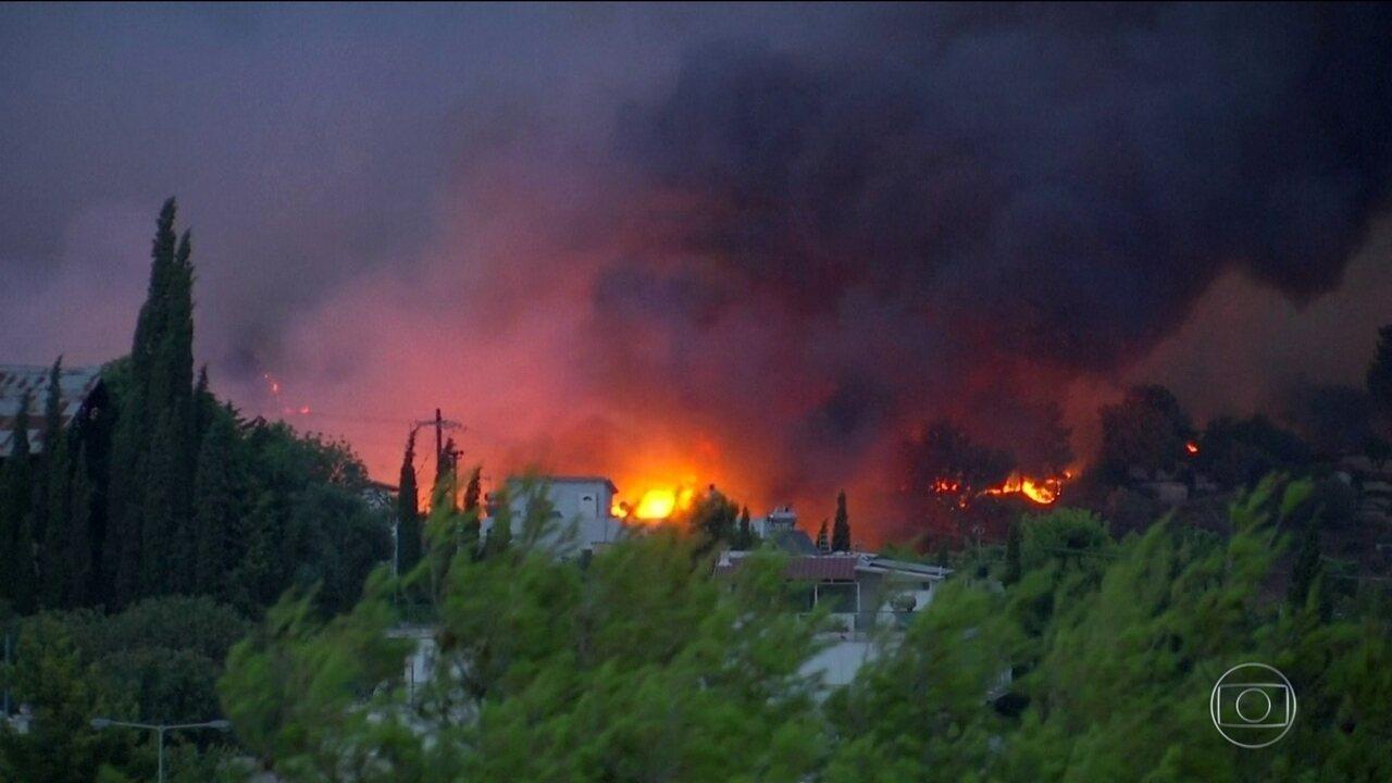 Incêndios matam 74 na Grécia