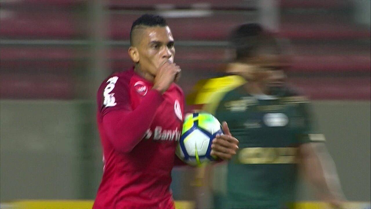 Zeca cruza, Camilo escora e Alvez bate cruzado para diminuir
