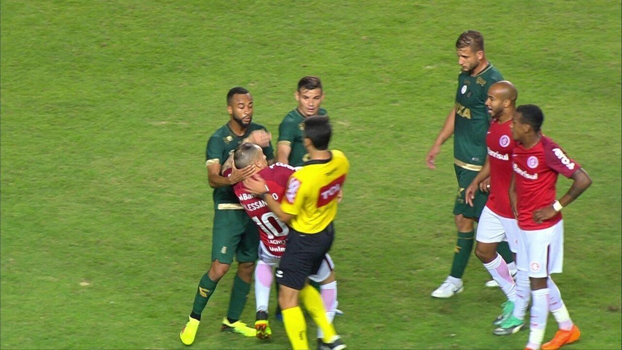 Wesley puxa D'Alessandro pelo pescoço, e juiz expulsa os dois