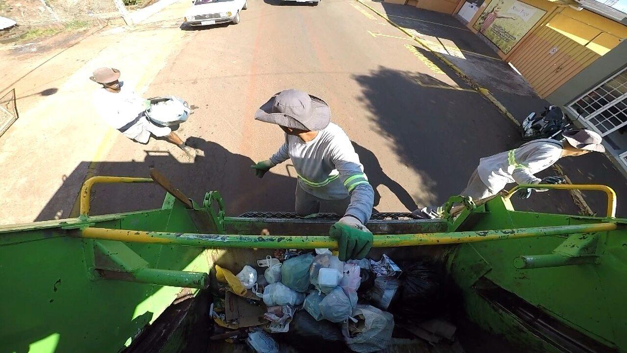 Coletores de lixo dão um show de alegria