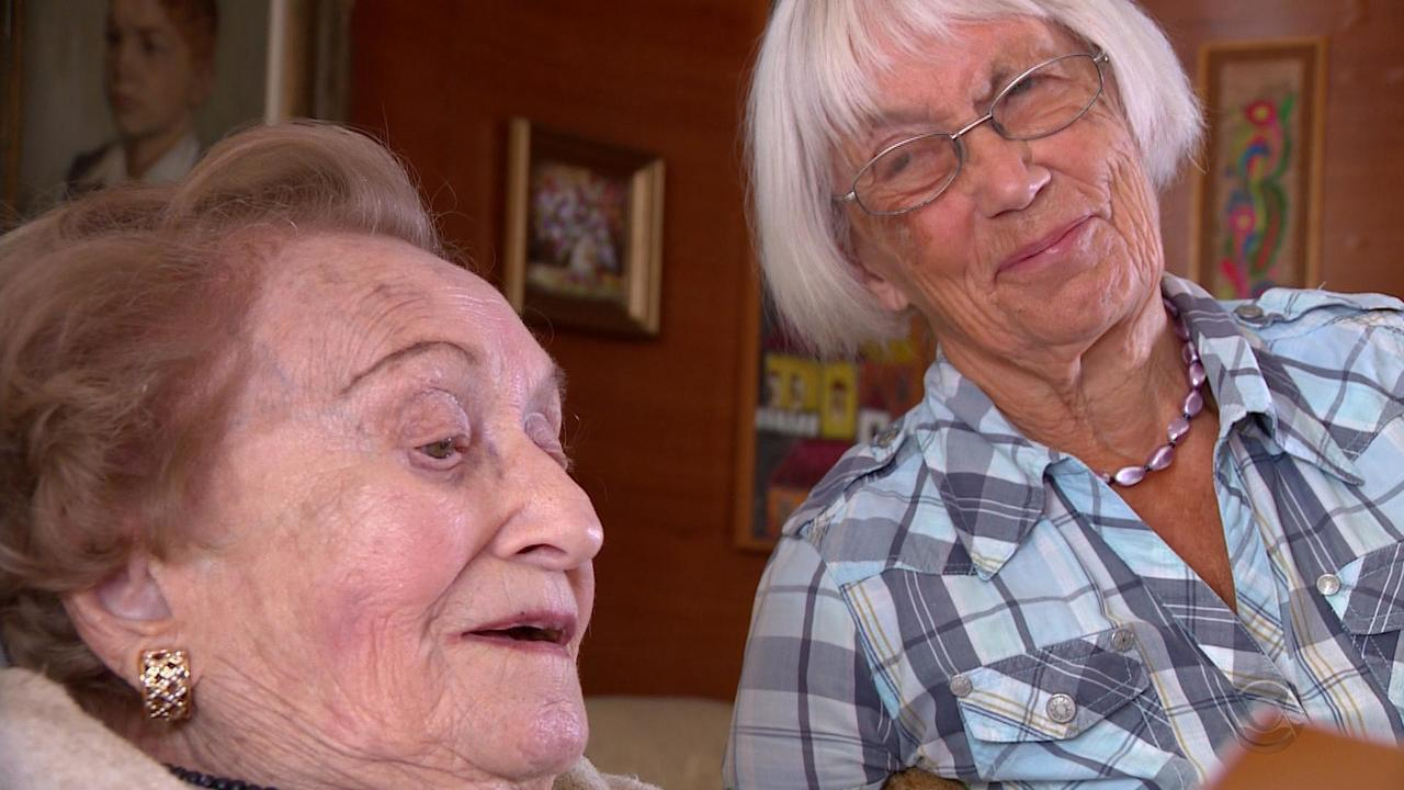 Ao completar 100 anos, sobrevivente do Holocausto se encontra com voluntária que a salvou
