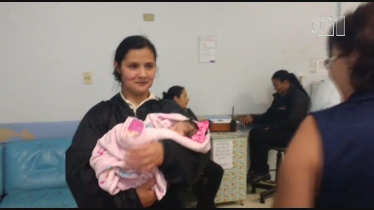 Avó recebe criança resgatada com vida após acidente em Pariquera-Açú, SP