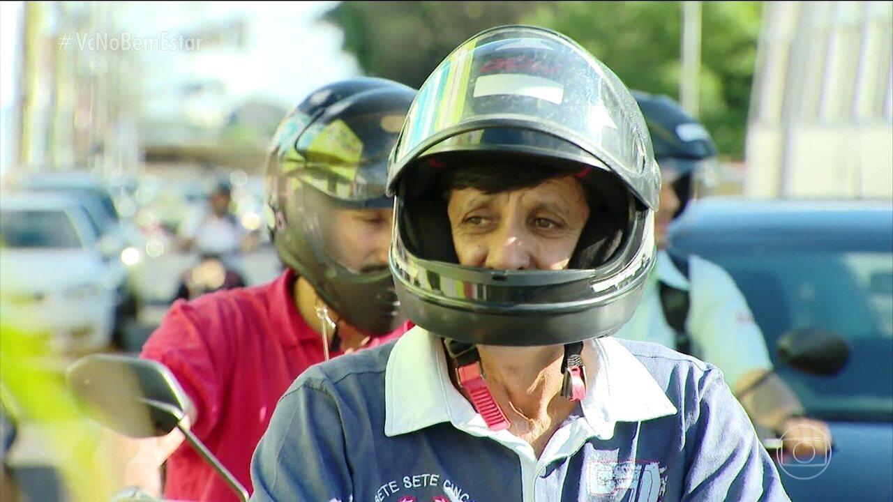 Viseira do capacete levantada é um perigo para os olhos