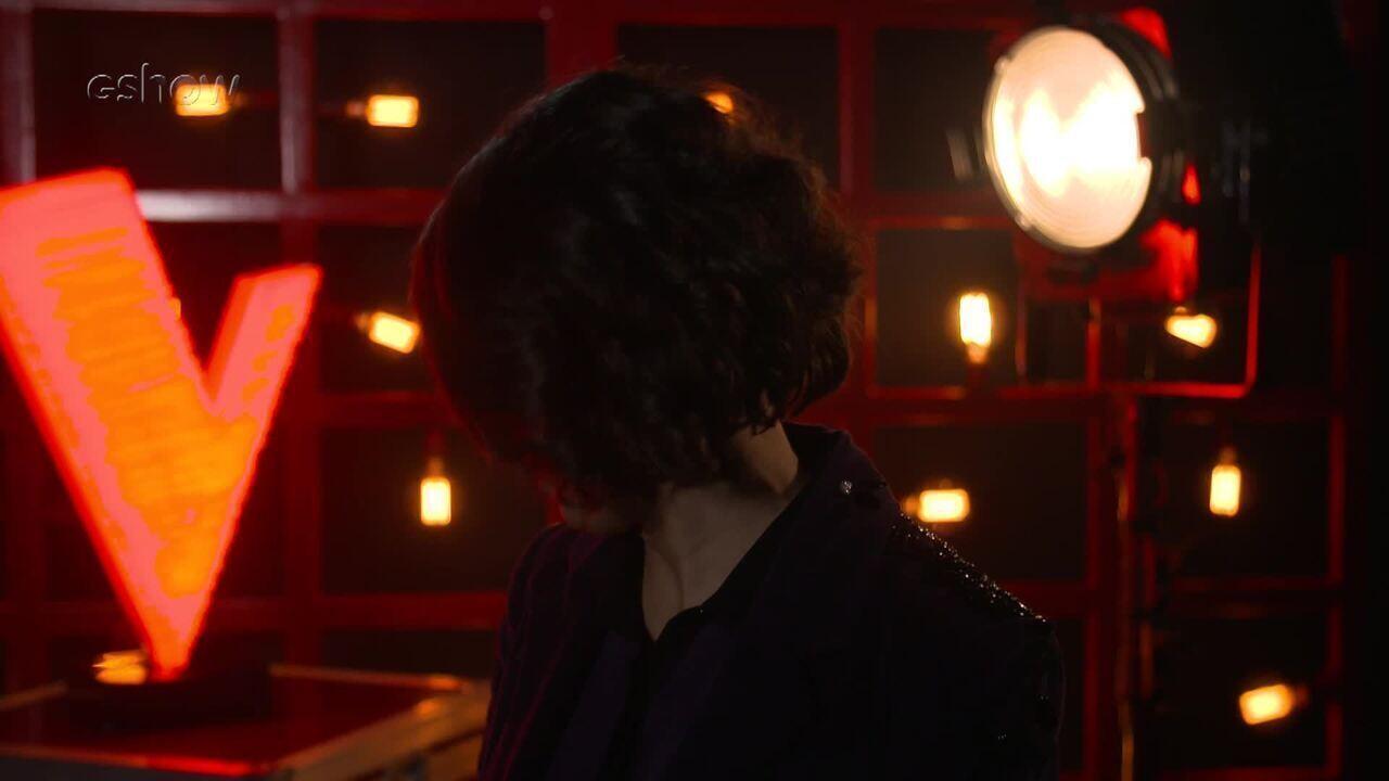 Confira a emoção de Sarah Renata instantes antes de subir ao palco do 'The Voice'