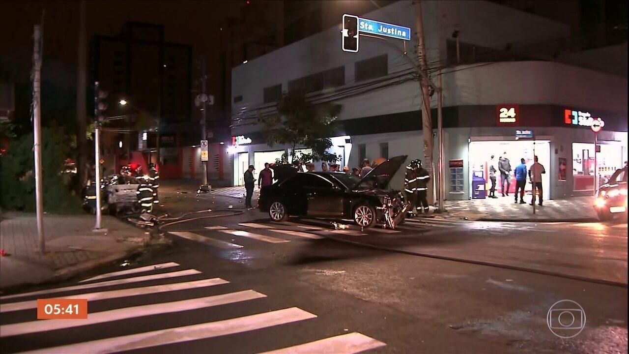 Três pessoas morrem em grave acidente com dois carros de luxo em SP