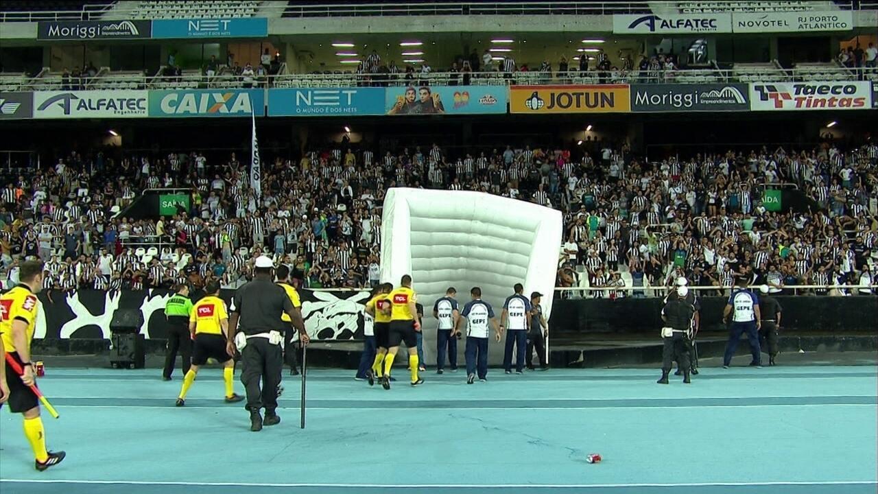 Torcedores do Botafogo arremessam objetos em trio de arbitragem após  término do jogo f2417f470c5e9