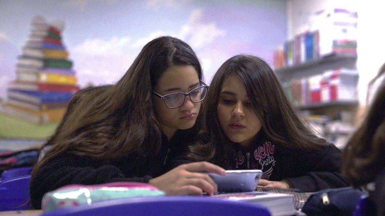 França proíbe que alunos levem celular para a escola, até mesmo desligado