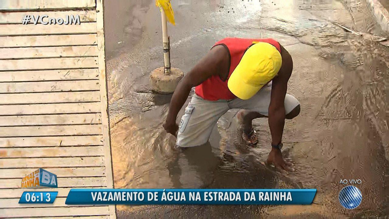 Moradores reclamam de vazamento de água na Estrada da Rainha, em Salvador
