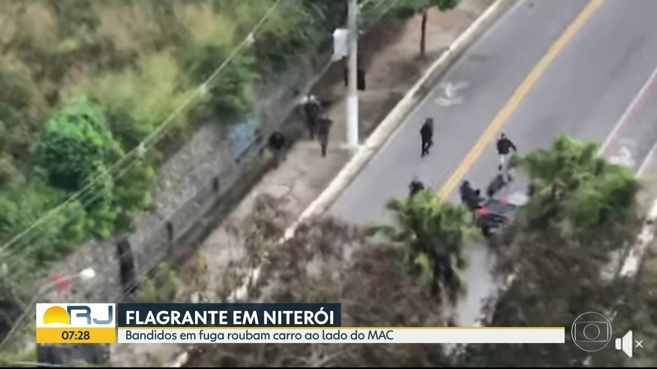 Bandidos são flagrados roubando carro para fugir de operação policial em Niterói